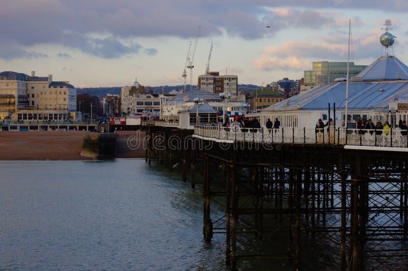 Brighton Pier - mening naar het stadsstrand stock foto