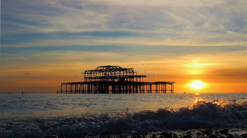 Brighton Pier na frente de um por do sol do outono imagem de stock royalty free