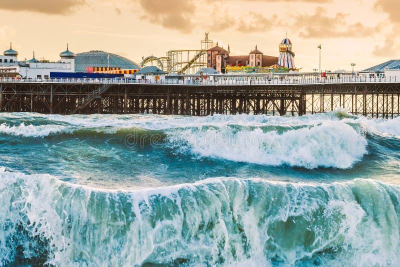 Brighton Pier Brighton, Sussex, Britannien på en stormafton på D arkivbild