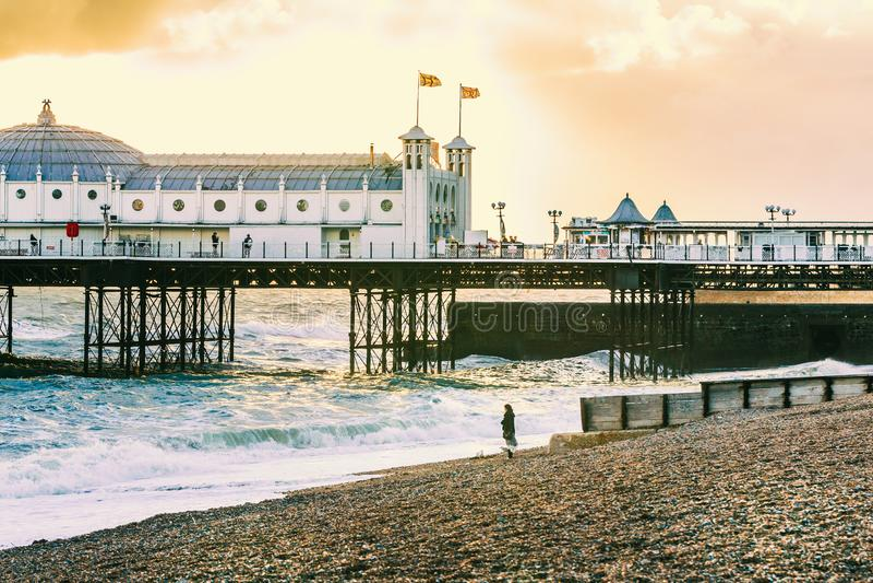 Brighton Pier Brighton, Sussex, Britannien på en stormafton på D royaltyfria foton