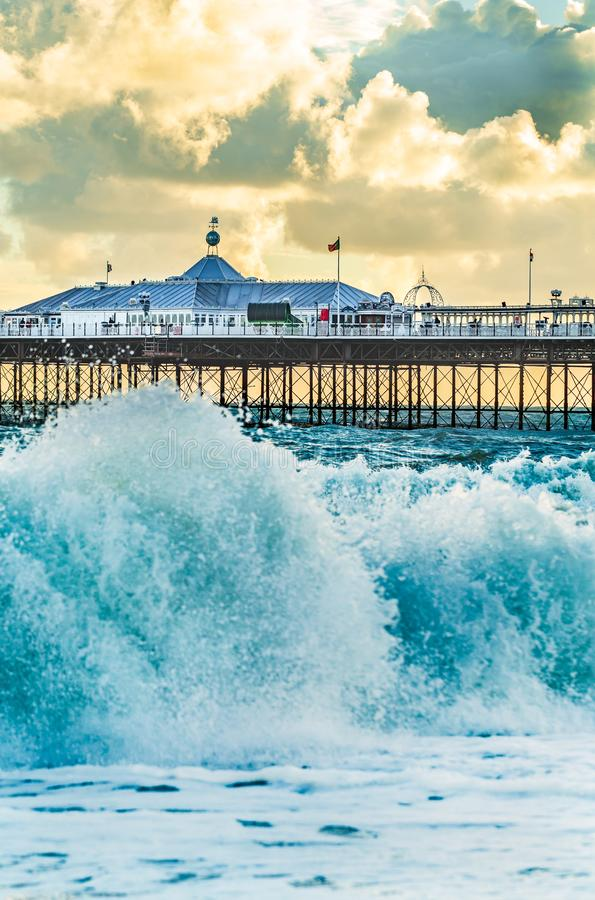 Brighton Pier Brighton, Sussex, Britannien på en stormig afton arkivbilder