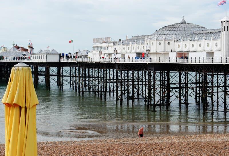 Brighton Pier, visión desde la playa con el nadador foto de archivo libre de regalías