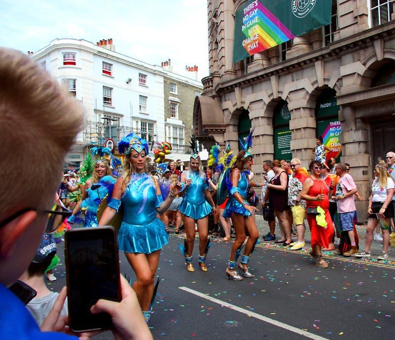 Brighton Pride ståtar deltagare arkivfoto