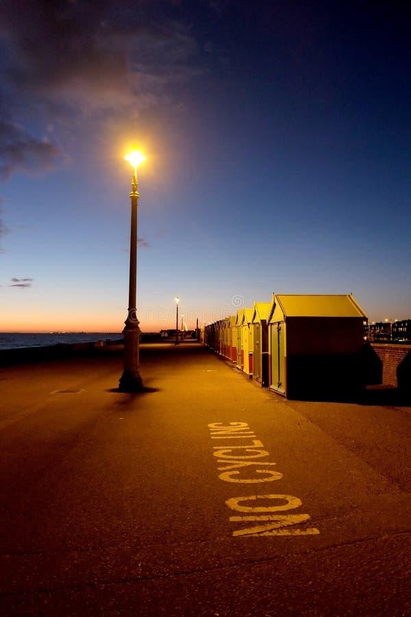 Brighton-Seeseite, Straßenlaterne und Strandhütten an Nachtstraße L lizenzfreies stockfoto