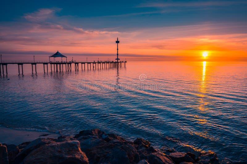 Brighton strandsolnedgång över havet, södra Australien royaltyfria bilder