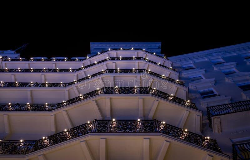 Brighton Sussex UK Fotografuje brać przy nocą fasada niedawno odnawiący historyczny Wiktoriański Grand Hotel fotografia stock