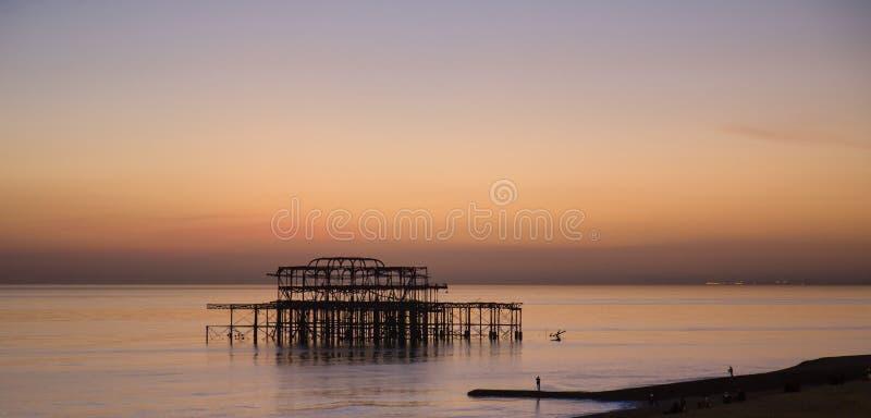 Brighton West Pier au coucher du soleil photo libre de droits