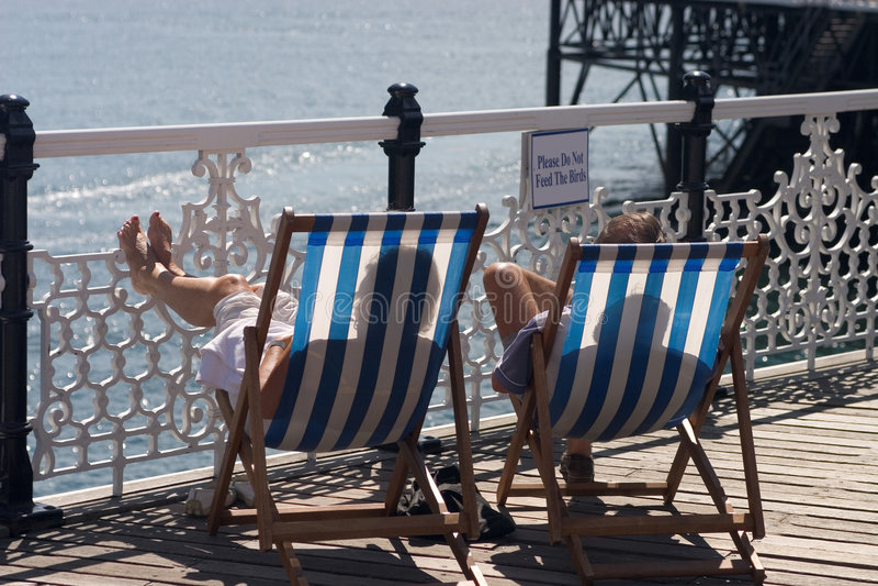 Brighton zwei Deckchairs stockfotos