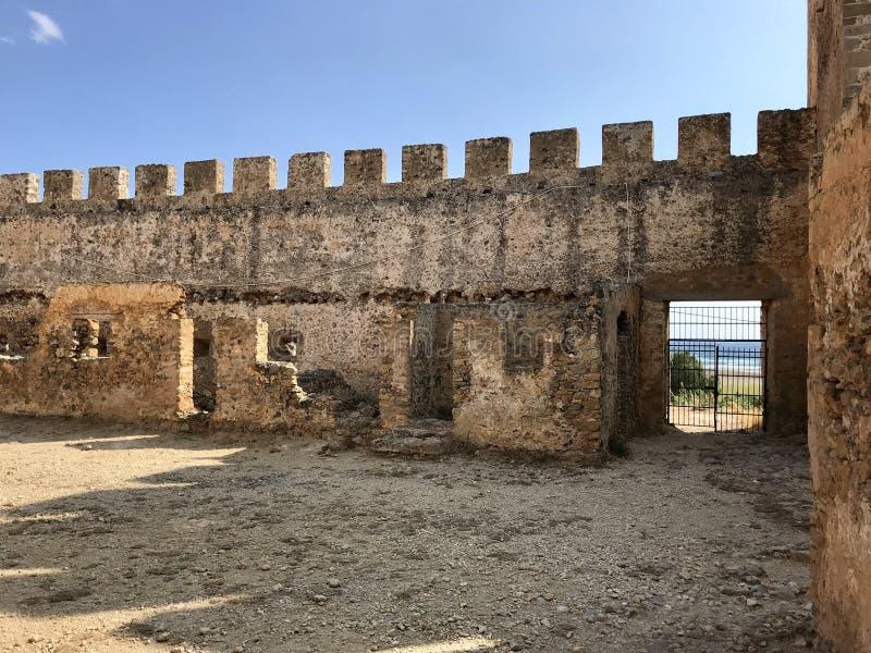 Brikmuur van oude kasteelruïnes in Frango bij het eiland van Kreta, Griekenland stock foto's