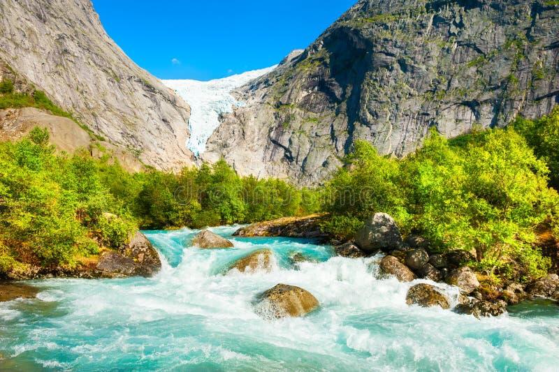 Briksdalgletsjer en bergrivier in de nationale reserve van Jostedalsbreen, Noorwegen stock afbeeldingen