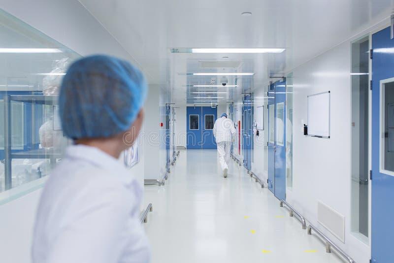 Brilhante, branco com portas azuis, um corredor estéril em uma facilidade médica imagem de stock
