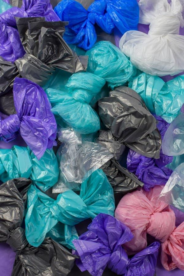 Brilhante multi-coloriu sacos de lixo plásticos rolados em curvas imagem de stock