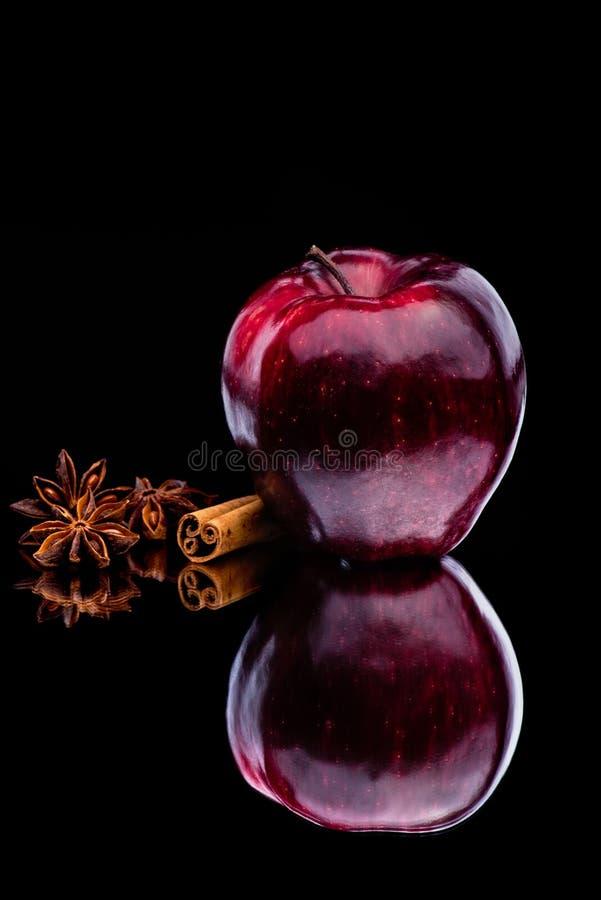 Brilho Apple vermelho no fundo escuro fotografia de stock