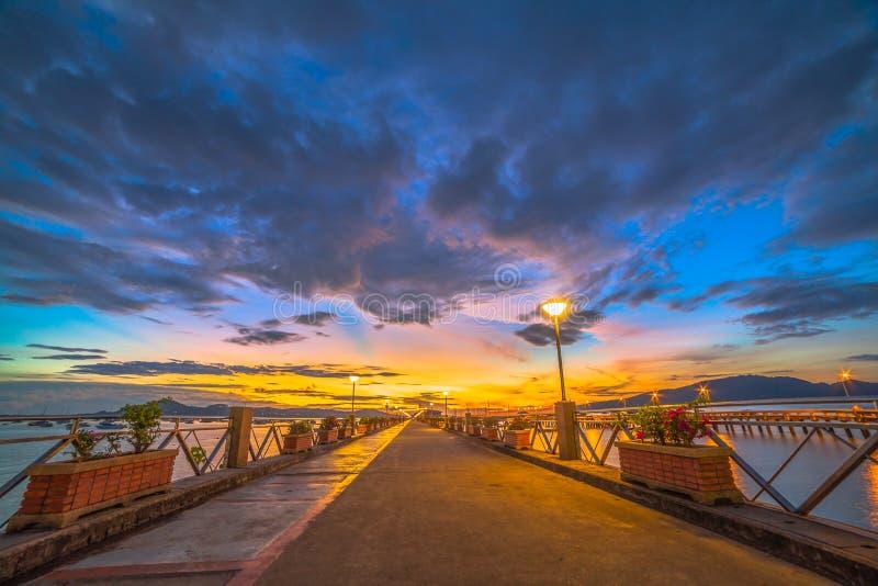 Brilho bonito do sol no cais de Chalong fotos de stock