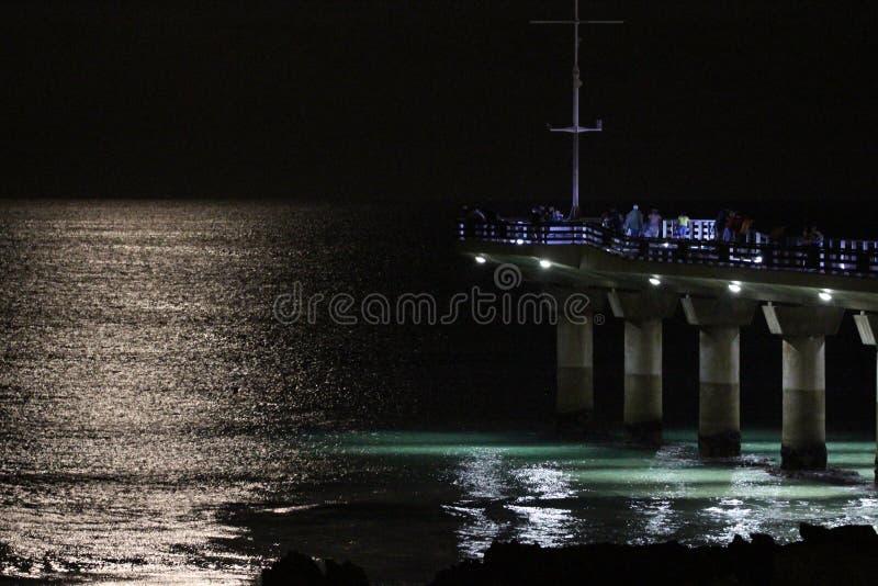 Brilho da lua na água foto de stock royalty free