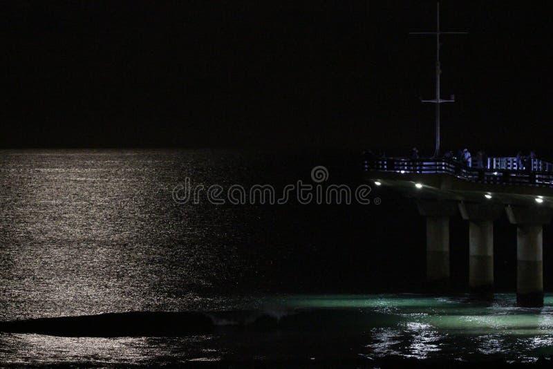 Brilho da lua na água fotos de stock royalty free