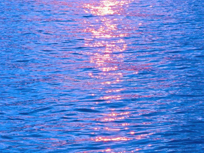 Brilho de luz solar na água foto de stock