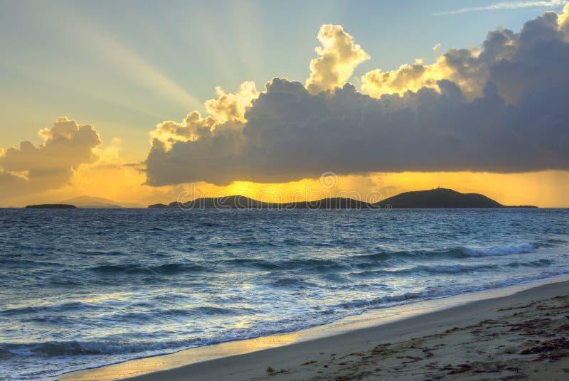 Brilho dos raios da manhã sobre a praia da ilha das Caraíbas foto de stock