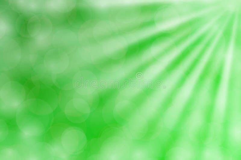 Brilho verde colorido do feixe luminoso do bokeh no fundo do verde do inclinação para o espaço da cópia, luz colorida do bokeh -  imagem de stock