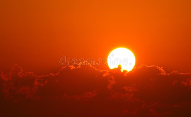 Briljant orange soluppgång över oklarheter arkivfoton