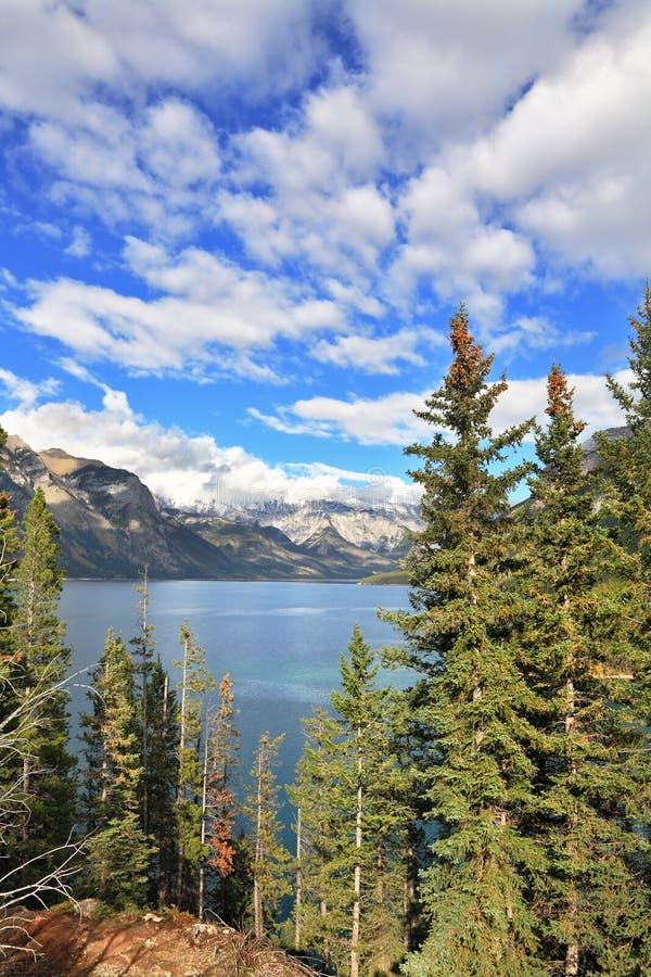 Briljant pilbåge sjö och berget arkivbild