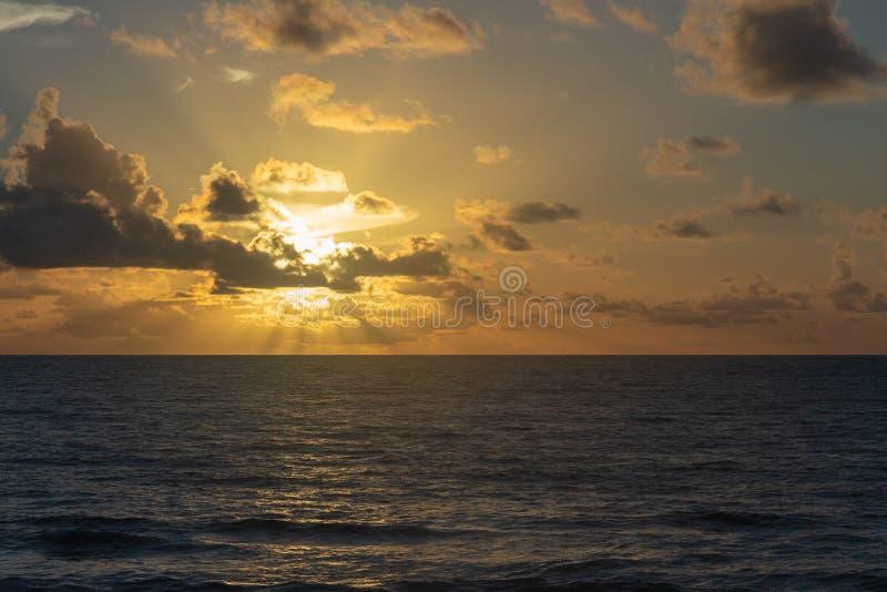 Briljant soluppgång över Atlanticet Ocean i sen sommar arkivbilder