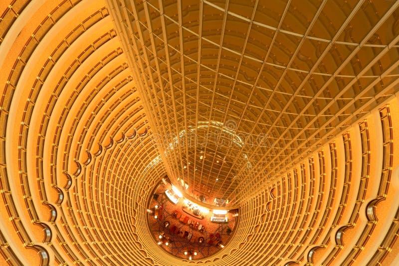 Briljante binnenlandse verlichting in moderne binnenplaats royalty-vrije stock afbeelding