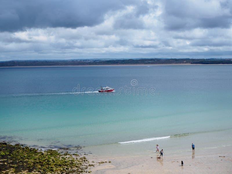 Briljante Blauwe Overzees in St Ives stock foto's