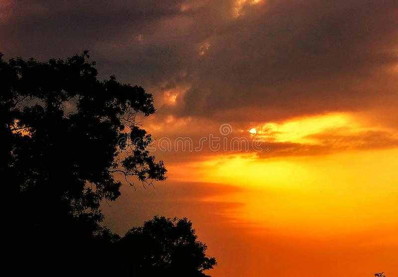 Briljante heldere kleuren in de hemel tijdens zonsopgang royalty-vrije stock afbeelding