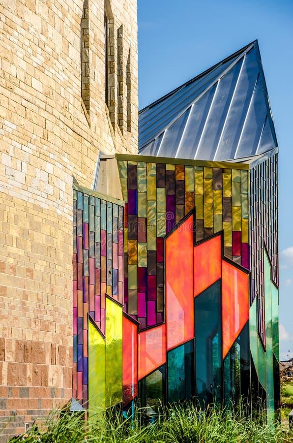 Briljante kleuren van abstracte kunst in glasvensters bij prairiespar stock foto's