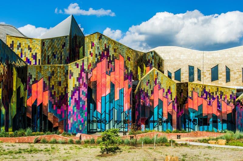 Briljante kleuren van abstracte kunst in glasvensters bij prairiespar stock fotografie
