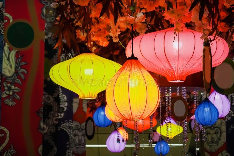 Briljante lantaarns met vele kleuren in stad Mooie Traditionele Vietnamese lantaarns bij nacht royalty-vrije stock foto's