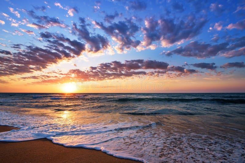 Briljante oceaanstrandzonsopgang Dramatische Hemel royalty-vrije stock foto