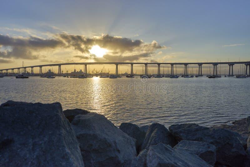 Briljante zon die op over de Coronado-Brug, San Diego California komen royalty-vrije stock afbeeldingen