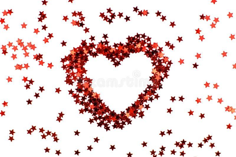 Brilla el corazón rojo de las pequeñas estrellas de la chispa imagenes de archivo