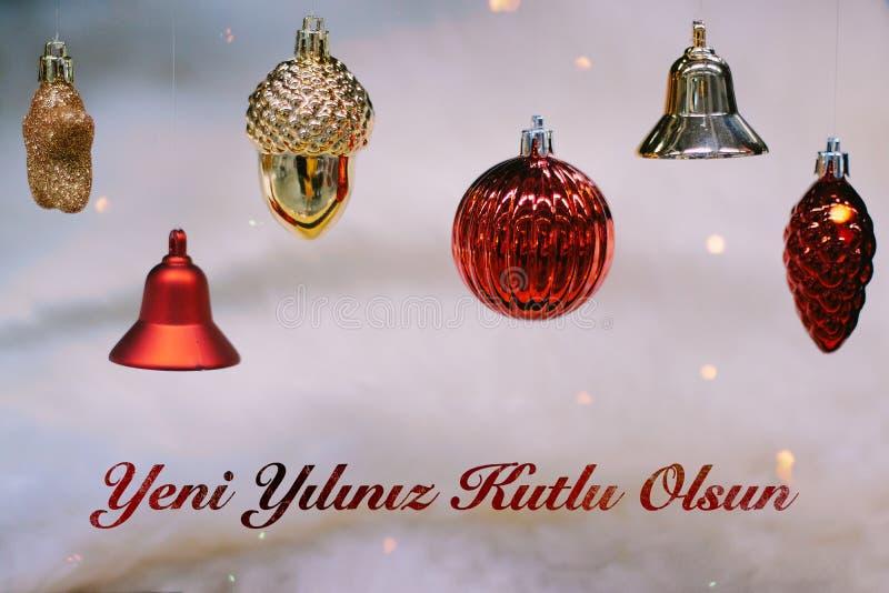 Or brillant et boules et cloches rouges de Noël pendant la nouvelle année Bonne année de moyens d'olsun de kutlu de yiliniz de Ye images stock