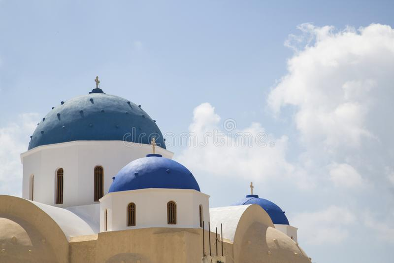 Brillantemente capillas griegas coloreadas azul en Santorin imagen de archivo