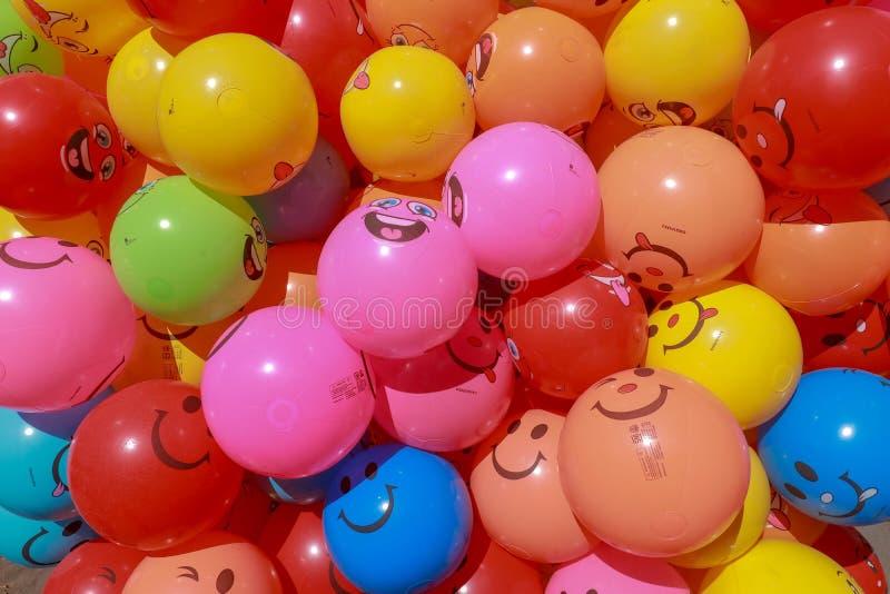 Brillantemente coloreó los globos llenados del helio para la alegría de niños Globos inflables del globo del cumpleaños Aliste pa foto de archivo libre de regalías