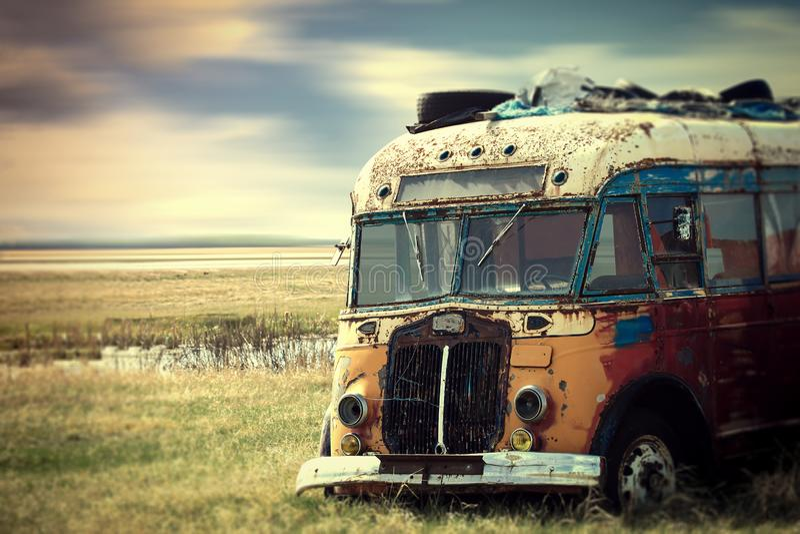 Brillantemente ha colorato il furgone d'annata del hippy parcheggiato nella campagna fotografia stock