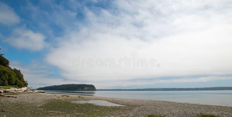 Brille la línea de la playa del parque de estado de Tidelands de la bahía de Bywater cerca del puerto Ludlow en Puget Sound en Wa foto de archivo