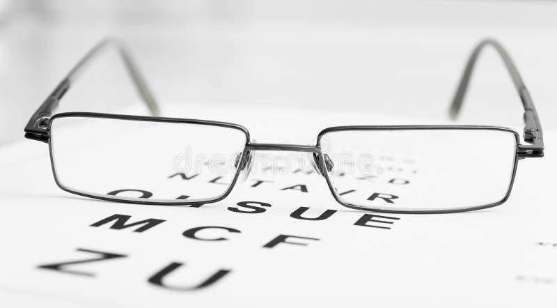 Brillen auf Sehtafel lizenzfreies stockfoto