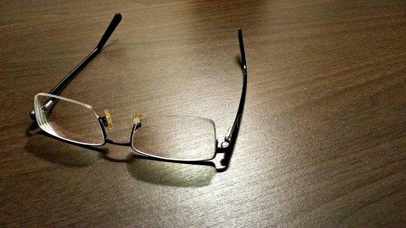 Brillen auf Tabelle stockbilder