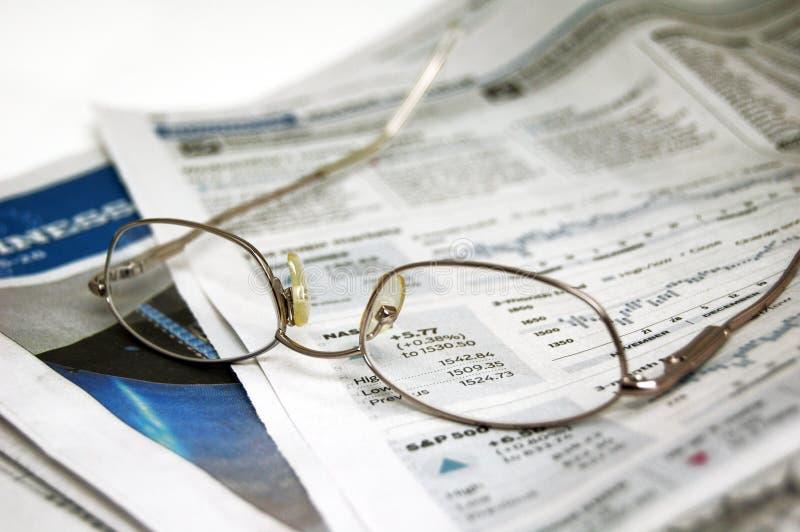 Brillen auf Zeitung lizenzfreie stockfotos