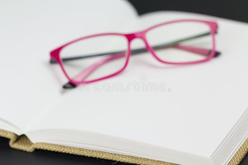 Brillen, die auf Leerseiten stillstehen stockfoto