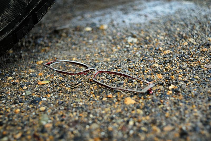 Brillen, die aus den nassen Grund legen stockfoto