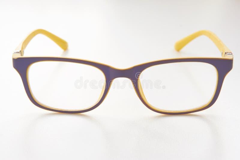 Brillen mit gelbem blauem Rahmen stockfotografie