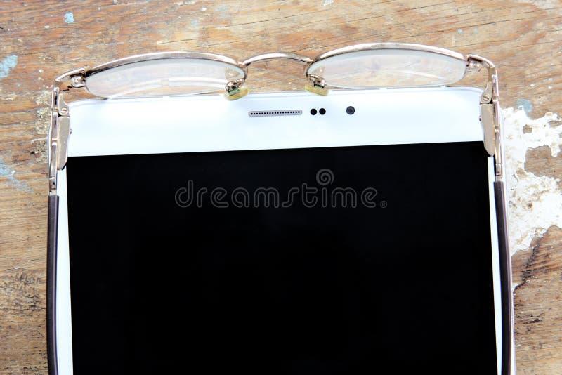 Brillen mit Tabletten-PC stockfoto