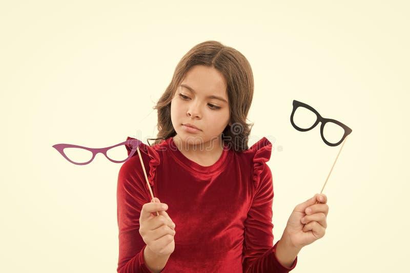 Brillenpassfotoautomat-St?tzenzusatz des Kindergriffs netter Kind, das lokalisierten wei?en Hintergrund bezaubert M?dchengriffbri lizenzfreies stockbild