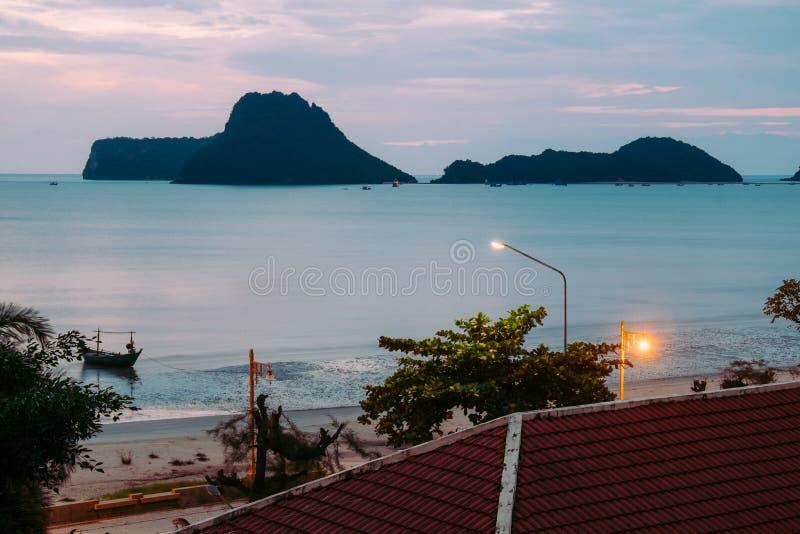 Brillo iluminado hermoso en crepúsculo en el puerto de Prachuap imagen de archivo