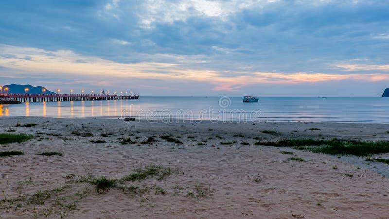 Brillo iluminado hermoso en crepúsculo en el puerto de Prachuap fotos de archivo libres de regalías